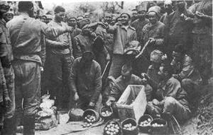 Раздача куличей и яиц в 9-й роте. 3 апреля 1917 г..jpg