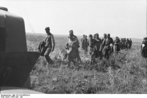 Bundesarchiv_Bild_101I-219-0553A-31,_Russland,_bei_Pokrowka,_russische_Kriegsgefangene.jpg