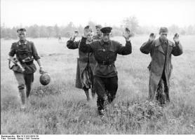 Bundesarchiv_Bild_101I-010-0919-39,_Russland,_Nord,_Gefangene_Russen.jpg