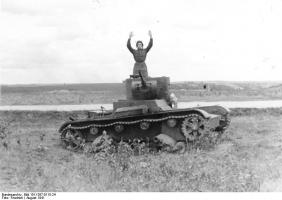 Bundesarchiv_Bild_101I-267-0115-24,_Russland-Mitte,_sowjetischer_Soldat_in_T_26_B.jpg