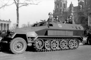 Bundesarchiv_Bild_101I-801-0664-37_Berlin_Unter_den_Linden_Sch--tzenpanzer.jpg